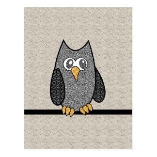 Búho del remiendo, blanco y negro con el fondo del postal