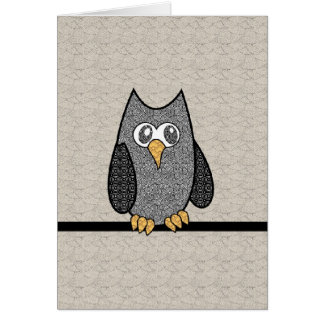Búho del remiendo, blanco y negro con el fondo del tarjeta de felicitación