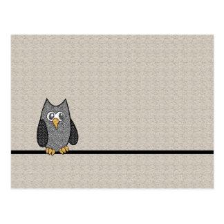 Búho del remiendo, blanco y negro con el fondo del tarjetas postales