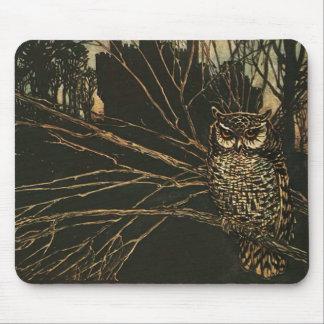 Búho del vintage en las maderas mousepads