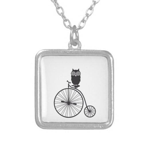 búho en la bicicleta vieja del vintage colgante cuadrado