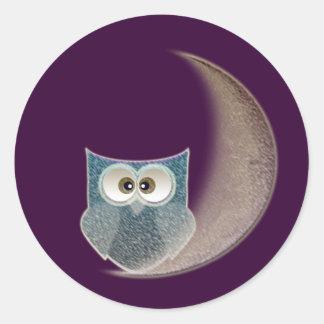 Búho en la luna pegatina redonda