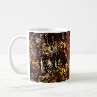 Búho en otoño taza básica blanca