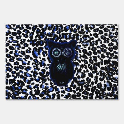 Búho en puntos negros y azules del leopardo