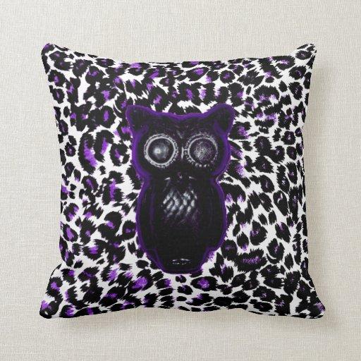 Búho en puntos púrpuras del leopardo almohada