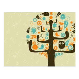 Búho en un miembro de árbol