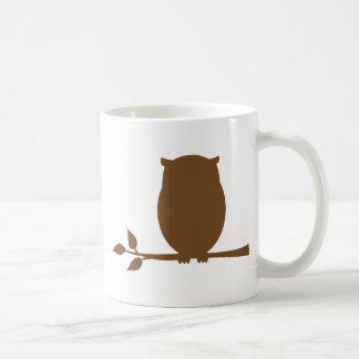 Búho en una rama taza de café