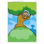 Búho en una tarjeta del greetin del árbol