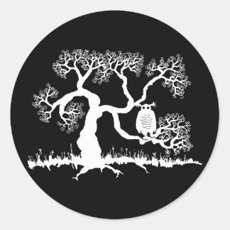 Búho fantasmagórico en árbol pegatina redonda