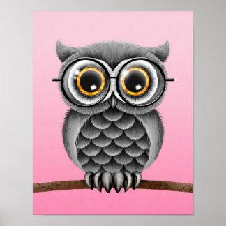 Búho gris mullido lindo con los vidrios, rosados póster