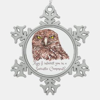 Búho gruñón del humor de la acuarela sarcástica de adorno de peltre en forma de copo de nieve