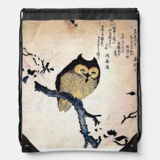 Búho japonés del ukiyo-e en una rama mochila