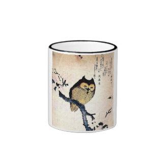 Búho japonés del ukiyo-e en una rama taza de dos colores