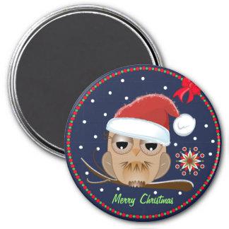 Búho lindo con el imán del gorra de Navidad y del