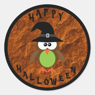 Búho lindo de Halloween con el gorra de las brujas Pegatina Redonda