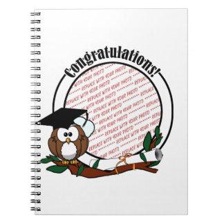 Búho lindo de la graduación del dibujo animado con libreta espiral