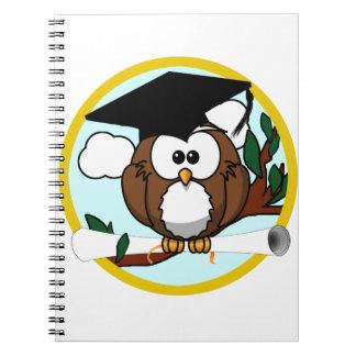 Búho lindo de la graduación del dibujo animado con cuaderno