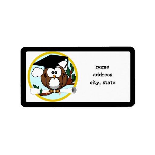 Búho lindo de la graduación del dibujo animado con etiqueta de dirección