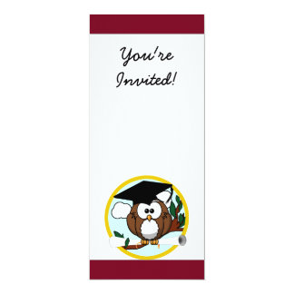 Búho lindo de la graduación del dibujo animado con invitaciones personalizada