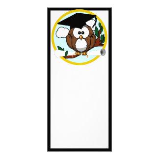 Búho lindo de la graduación del dibujo animado con lonas publicitarias