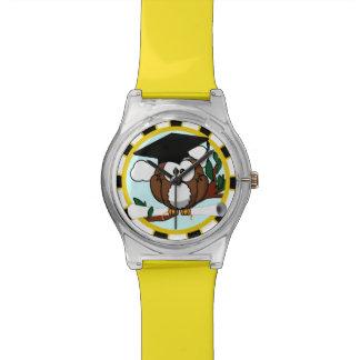 Búho lindo de la graduación del dibujo animado con relojes de pulsera