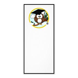Búho lindo de la graduación del dibujo animado con tarjeta publicitaria a todo color