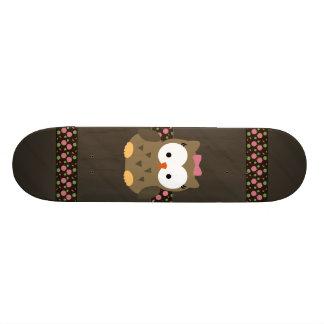 Búho lindo de la niña con el arco rosado tablas de patinar