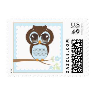 Búho lindo del bebé en la sentada azul en una rama sello