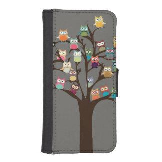 Búho lindo en fondo del árbol el   billeteras para teléfono