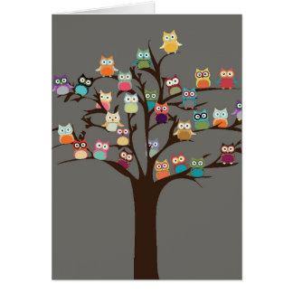 Búho lindo en fondo del árbol el | tarjeta de felicitación