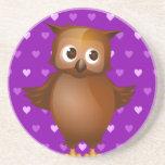 Búho lindo en fondo del modelo de Purple Heart Posavasos Diseño