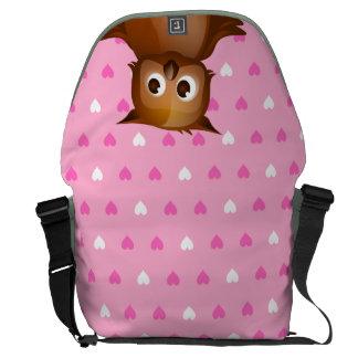 Búho lindo en fondo rosado del modelo del corazón bolsa de mensajería