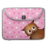 Búho lindo en fondo rosado del modelo del corazón fundas macbook pro