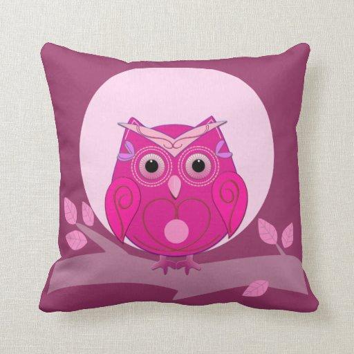 Búho lindo en la almohada del árbol en tonos rosad
