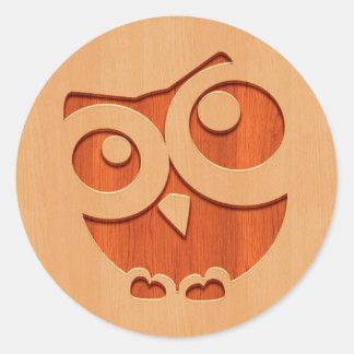 Búho lindo grabado en el efecto de madera pegatina redonda