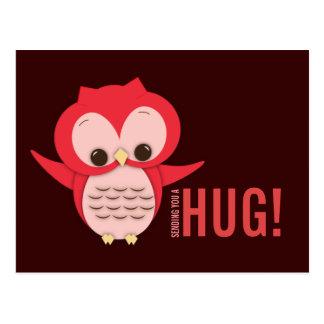Búho lindo que envía una postal del abrazo