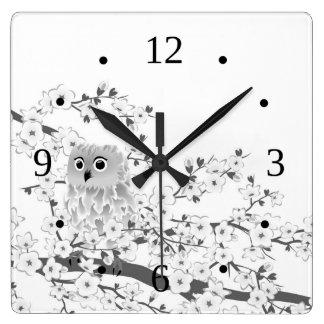 Búho lindo y flores de cerezo blancos y negros reloj cuadrado