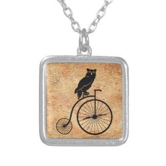 Búho negro en la bici del vintage colgante cuadrado