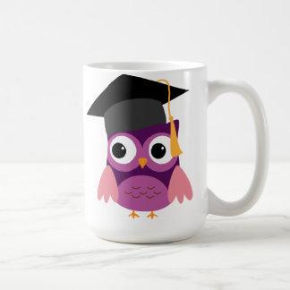 Búho púrpura con la taza de la graduación del
