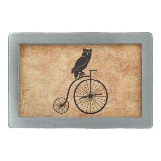 Búho que se sienta en la bici del vintage hebillas cinturon rectangulares