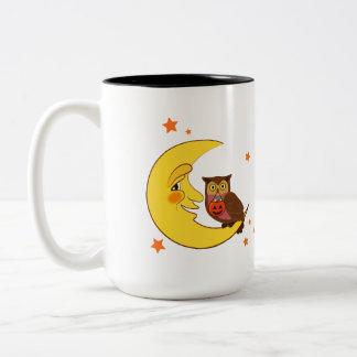 Búho que se sienta en la luna taza de café
