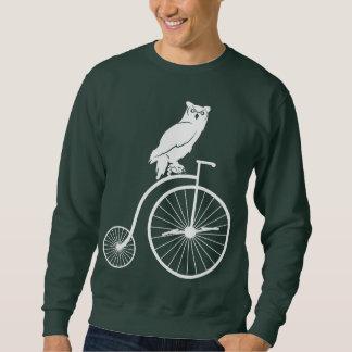 Búho que se sienta en una bici del comino del sudadera con capucha