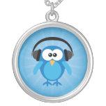 Búho retro azul enrrollado con los auriculares joyeria
