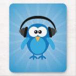 Búho retro azul enrrollado con los auriculares tapete de ratones