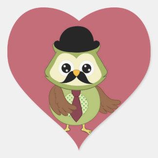 Búho retro con el gorra, el lazo y el bigote pegatina en forma de corazón
