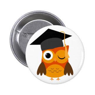 Búho rojizo que guiña el botón de la graduación pin redondo de 2 pulgadas
