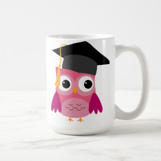 Búho rosado con la taza del casquillo de la gradua