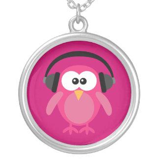 Búho rosado del dibujo animado con los auriculares colgante redondo
