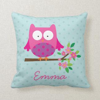Búho rosado en una almohada de tiro personalizada