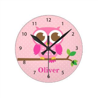 Búho rosado femenino lindo en la decoración del reloj redondo mediano